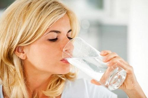 Giảm cân sau sinh nhờ uống nhiều nước