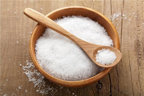 Muối cũng có thể trị mụn trên lưng rất hiệu quả