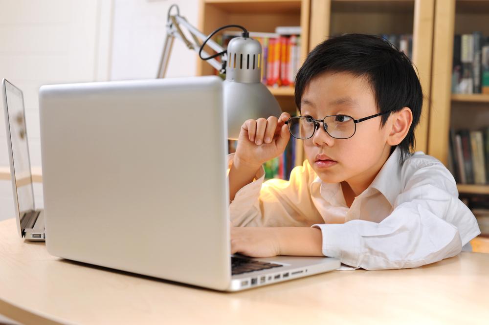 Tiếp xúc với máy tính nhiều sẽ ảnh hưởng đến thị lực của trẻ