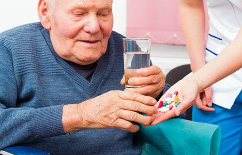 Lưu ý khi sử dụng thuốc cho người cao tuổi