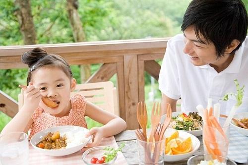 Tiêm vắc xin phòng các triệu chứng nhận biết bệnh ho gà ở trẻ