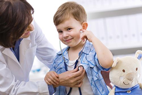 Khi con có dấu hiệu bất ổn cha mẹ cần cho con đi kiểm tra sức khỏe
