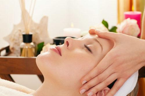 Bạn có thể thực hiện mát - xa căng da mặt tại nhà hoặc tại spa đều rất tốt