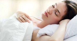 Tư thế ngủ nằm ngửa không gây áp lực lên da mặt